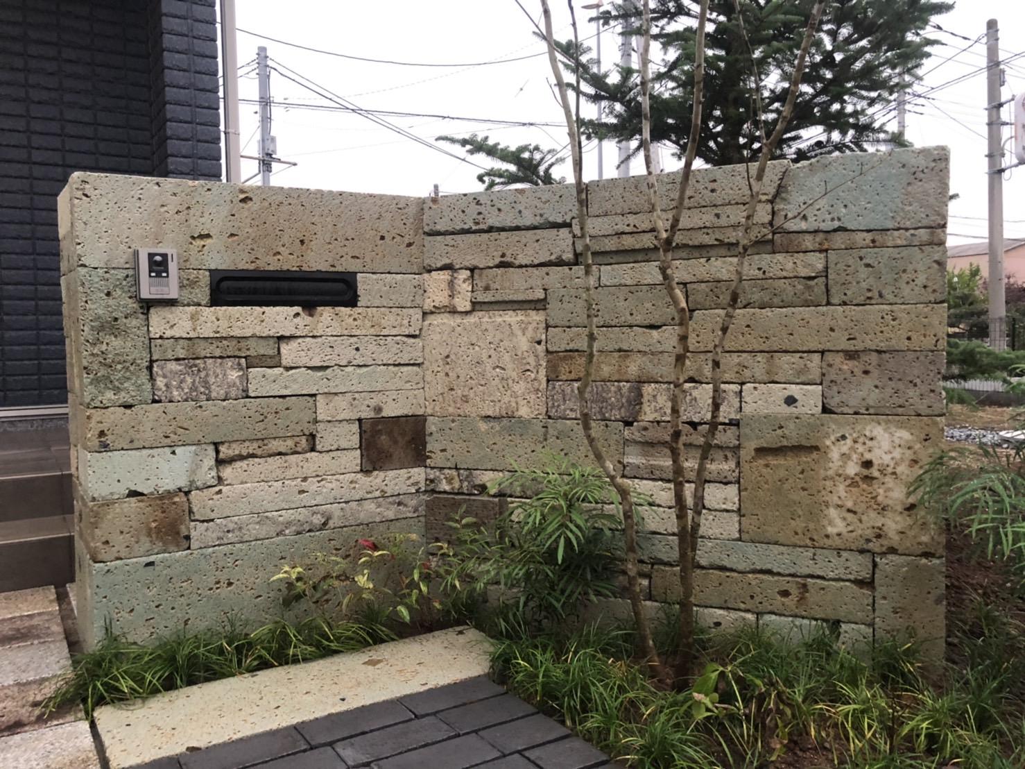 深岩石を門柱とアプローチに使っています。埼玉県川島町