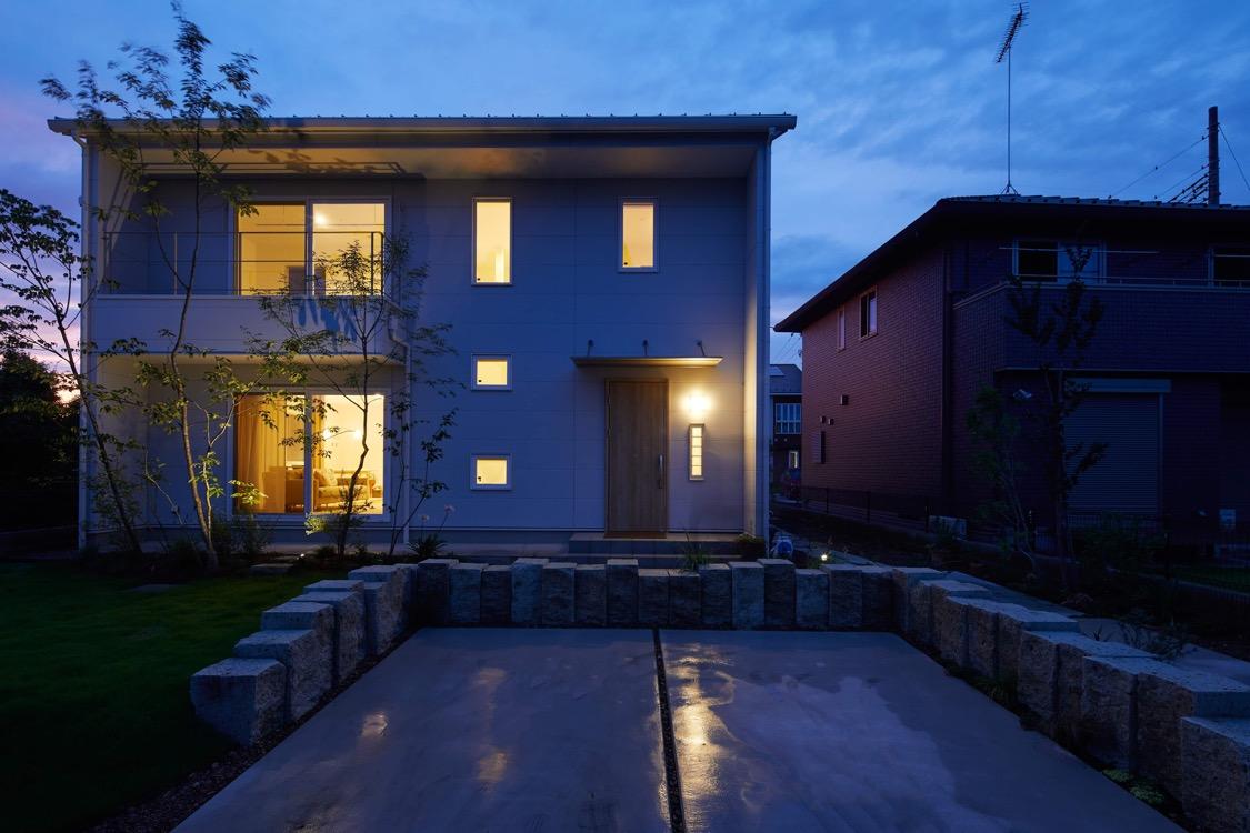 庭と駐車場の境に贅沢な深岩石原石を使用。栃木県小山市